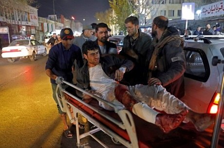 Os feridos foram levados de ambulância para o hospital