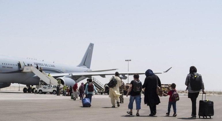 Estrangeiros e afegãos continuam deixando o país em voos que partem de Cabul
