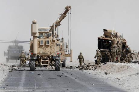 EUA atacam talibãs após assinatura de acordo