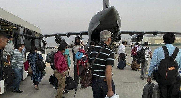 Estrangeiros seguem sendo retirados do Afeganistão a partir do aeroporto de Cabul