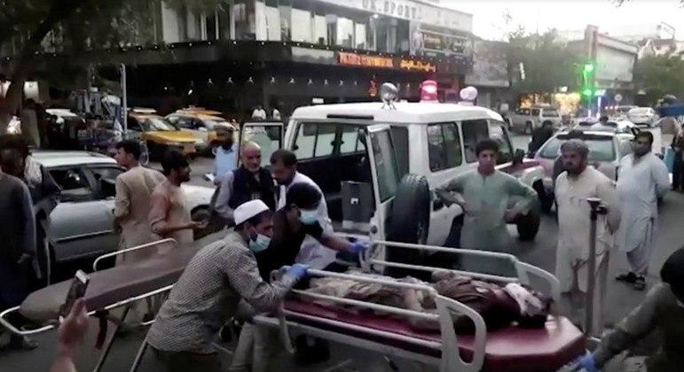 Mais de 90 civis afegãos morreram na explosão no aeroporto de Cabul