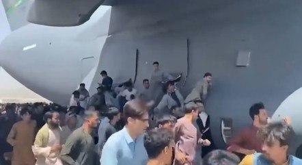 Afegãos tentaram se agarrar a avião dos EUA