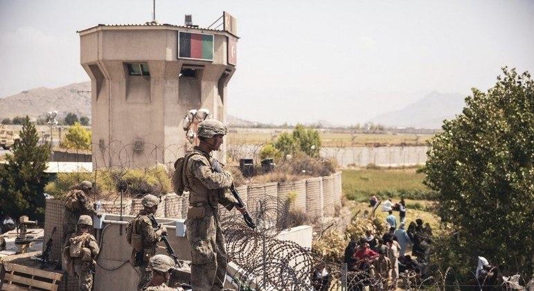 Fuzileiros norte-americanos nos arredores do aeroporto de Cabul, no Afeganistão