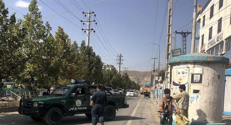 Policiais montam guarda diante de ministério em Cabul após atentado dos talibãs