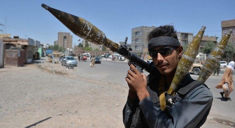 Policial afegão vigia estrada em Herat em meio à ofensiva dos talibãs na região