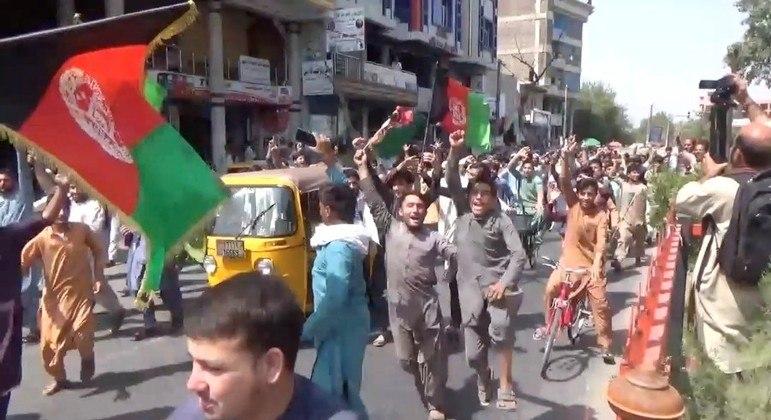 Manifestantes protestavam contra a troca da bandeira do Afeganistão pela do Talibã