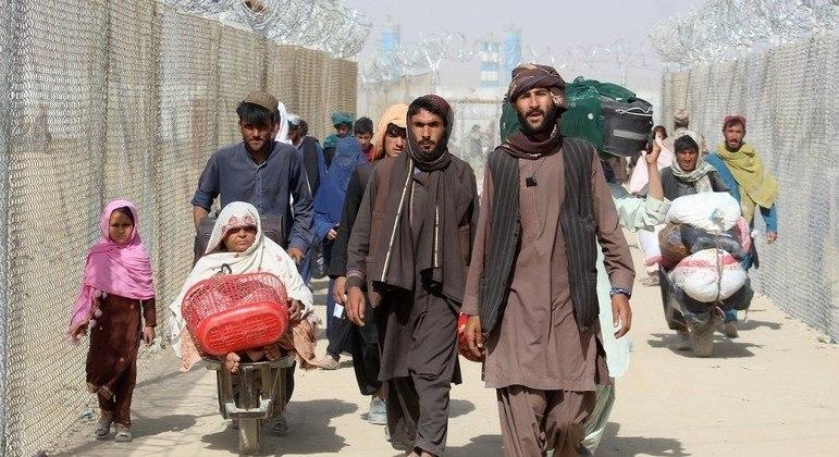Refugiados afegãos cruzam a fronteira com o Paquistão em Chaman