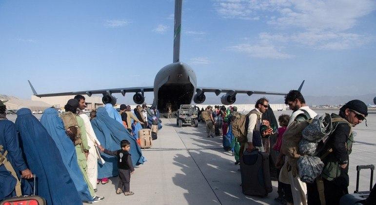 Mais de 79 mil civis deixaram o Afeganistão em voos operados pelos EUA