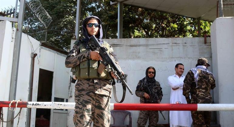 Soldados do Talibã fazem a segurança na maior parte de Cabul atualmente