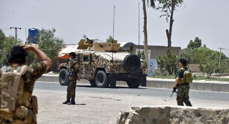 Soldados afegãos controlam estrada perto de Kandahar