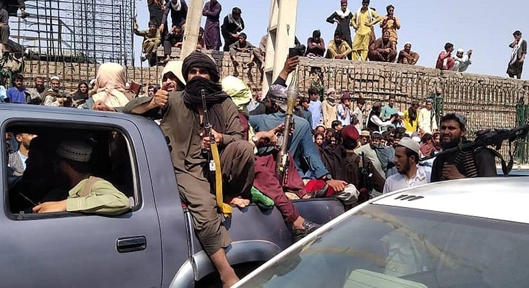 Combatentes do Talibã retomaram o país sem nenhuma resistência do governo deposto