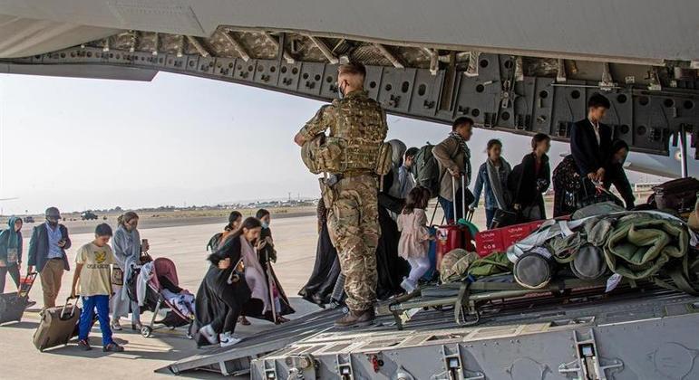 EUA e aliados resgatam estrangeiros e colaboradores afegãos pelo aeroporto de Cabul