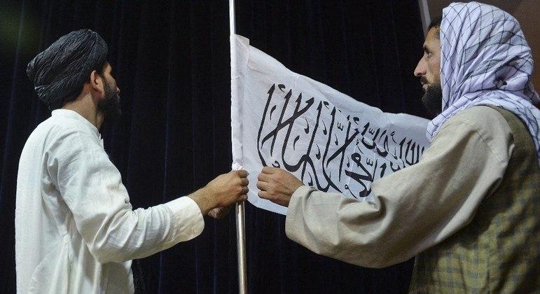 Bandeira tricolor do país foi substituída por uma com o símbolo do Talibã