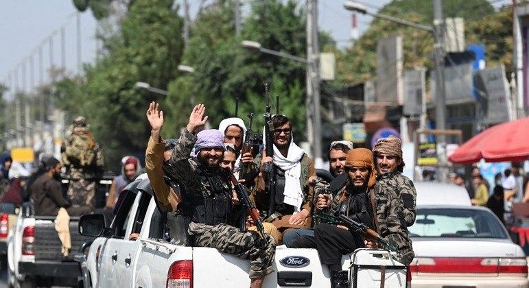 Homens do Talibã patrulham as ruas de Cabul, capital do Afeganistão