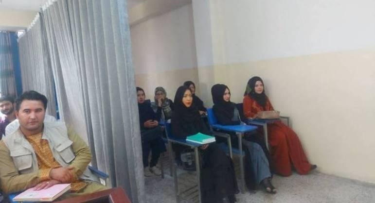 Alunos assistem aula em novas condições, na Universidade de Avicenna, em Cabul, no Afeganistão