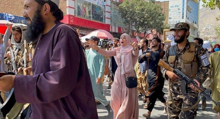Membros do Talibã ordenam que mulheres fiquem em casa