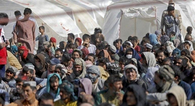Afegãos fogem para países vizinhos na tentativa de escapar do talibã e da atual situação do país