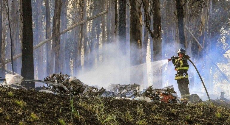Bombeiro apaga chamas provocadas pelo acidente aéreo em Piracicaba (SP)