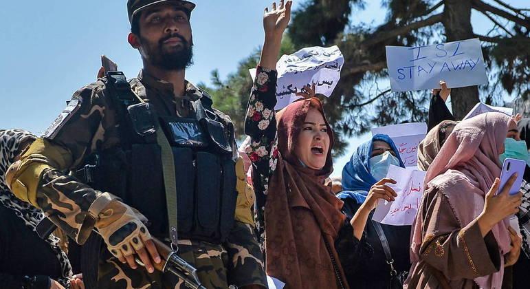Afeganistão enfrenta protestos depois que o Talibã assumiu o poder do país