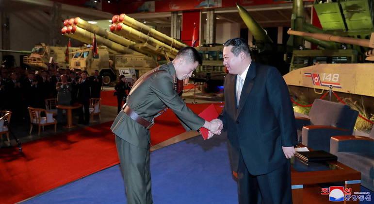 Ditador norte-coreano, Kim Jong-un, cumprimenta soldado durante evento militar