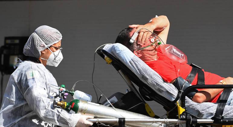 Média móvel de mortes continua abaixo de 2 mil após pico em abril