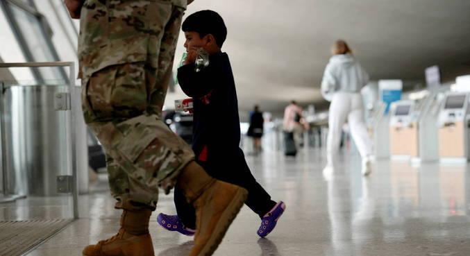 Crianças foram retiradas do Afeganistão com as famílias após Talibã no poder
