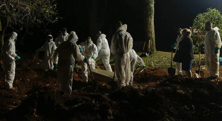 Cidade de São Paulo vai suspender a realização de sepultamentos noturnos a partir de quinta