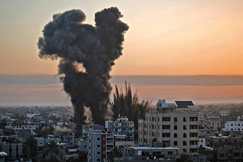 Bombas disparadas por Israel caem sobre a cidade de Khan Yunis, na Faixa de Gaza. Pelo menos 50 pessoas já morreram no conflito