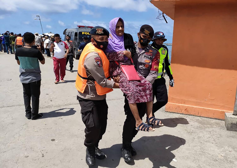 Passageiros foram resgatados em segurança, mas uma pessoa ainda está sumida