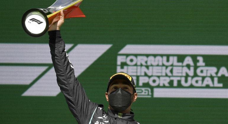 Lewis Hamilton, da Mercedes, comemora a vitória deste domingo (2) em Portugal