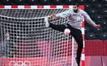 Que tal uma bola um pouco mais pesada? Nessa imagem, o goleiro Mohamed A.Husain, do Bahrein, tenta defender o arremesso da Suécia no torneio masculino de handebol dos Jogos 2020