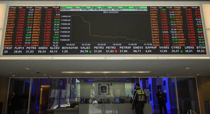 A bolsa paulista mostrava variações nos primeiros negócios desta segunda-feira (15)