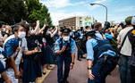 A euforia com os caças japoneses foi tamanha que os policiais tiveram que se abaixar para não prejudicar as fotos e vídeos dos fãs