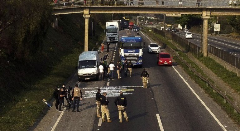 Polícia Rodoviária Federal monitora bloqueio de caminhoneiros na rodovia Regis Bittencourt (SP)