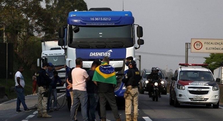 Caminhoneiros bloqueiam a rodovia Regis Bittencourt (SP) na manhã desta quinta-feira (9)