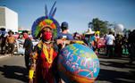 Manifestações ocorrem em diversas cidades brasileiras neste sábado (19). Em Brasília, muitos chamaram atenção também para a causa indígena