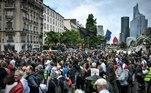 7/08/2021 - Manifestantes protestam contra o passe obrigatório de saúde covid-19 para acessar a maior parte dos espaços públicos, perto da Pont de Neuilly, no subúrbio de Neuilly-sur-Seine, a oeste de Paris, em 7 de agosto. , 2021.