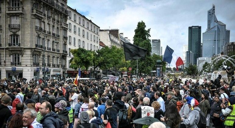 Manifestantes protestam contra o passe obrigatório de saúde covid-19 na França