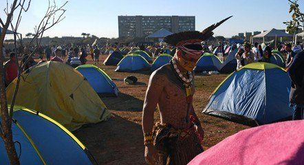 Membro da tribo Pataxó em acampamento na capita federal