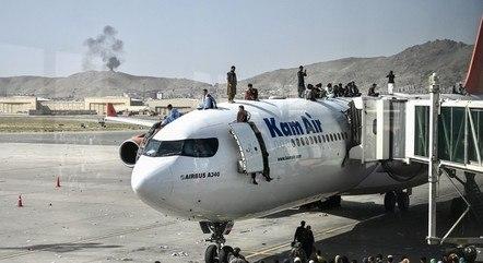 Em tentativa desesperada de fuga do Afeganistão, multidão invade aeroporto. Duas pessoas morreram