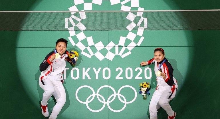 A dupla Apriyani Rahayu e Greysia Polii na conquista da medalha de ouro nos Jogos de Tóquio