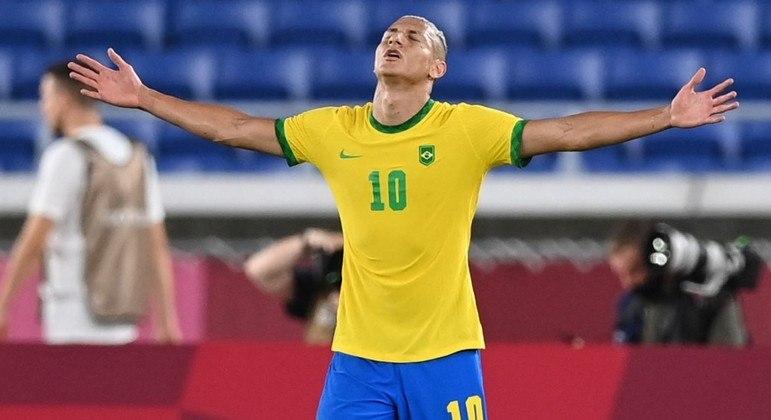 Richarlison estreou com a camisa 10, no lugar de Neymar,  não liberado para os jogos