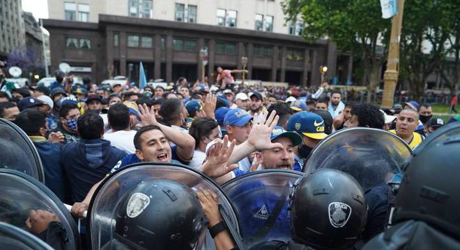 O velório de Diego Maradona nesta quinta-feira (26) gerou tumulto pela manhã
