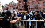 Policiais reagem e controlam torcedores que forçam entrada na Casa Rosada, onde está sendo velado corpo de Maradona