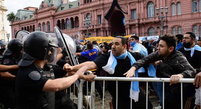 Torcedores queriam romper a fila imensa. Para ver o caixão de Maradona