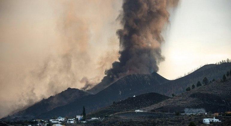 Erupção do vulcão Cumbre Vieja  que forçou a evacuação de mais de 6 mil pessoas da região