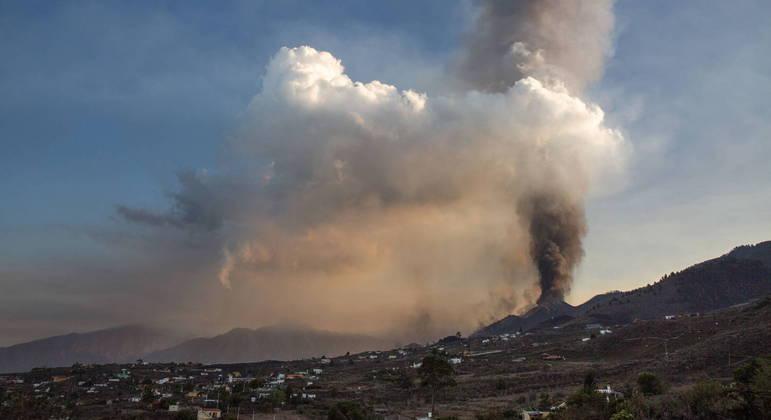 Vulcão Cumbre Vieja está ativo e expele fumaça na ilha espanhola de La Palma