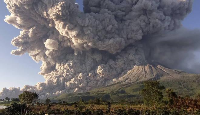 As autoridades indonésias elevaram o nível de alerta para o vulcão, que já está no terceiro de uma escala de quatro