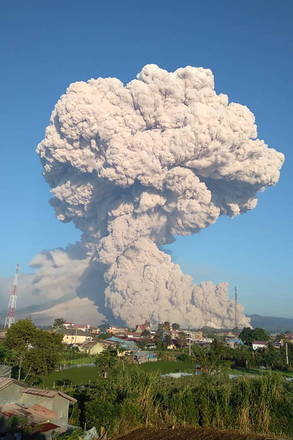 AAgência Geológica da Indonésia liberou imagens da erupção do vulcão Sinabung