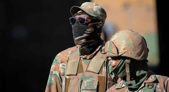 Bloqueios impostos pelo governo sul-africano são fiscalizados por militares